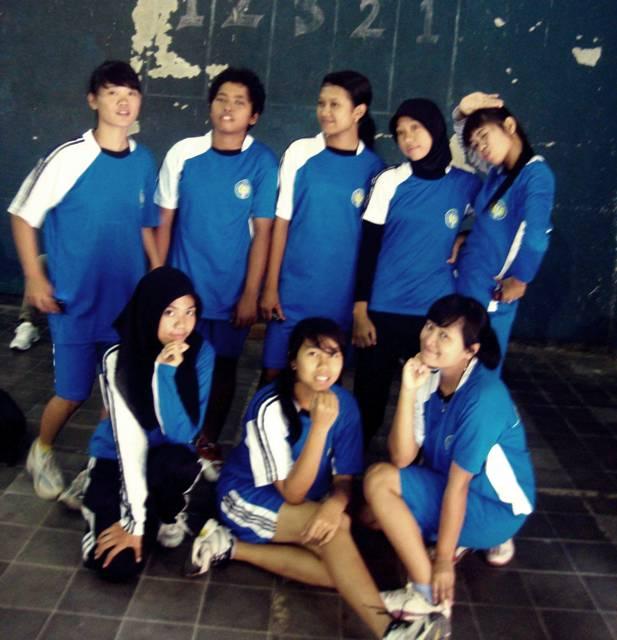 PGSD PENJAS A FIK UNY 2009 - badminton (blkg kiri : dora, fajrin, desika, okta, fika, depan kiri: ilik, heni, winda)